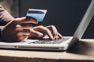 Man beställer däck online med kreditkort